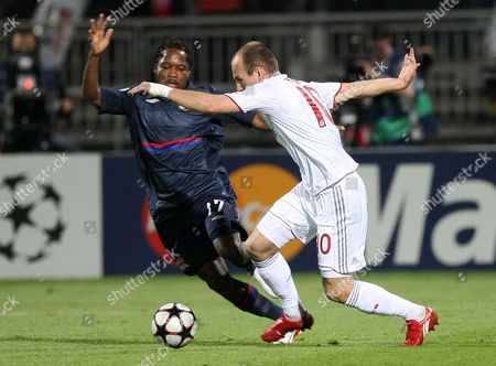 Jean II Makoun, Arjen Robben Lyon's Jean II Makoun of Cameroon, left fights for the ball with Bayern Munich's Arjen Robben of Netherlands during their Champions League semifinal second leg soccer match between Lyon and Bayern Munich, in Lyon stadium, central France
