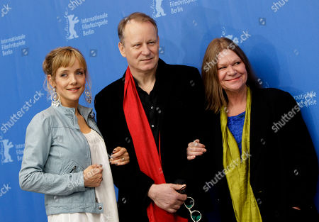 Stock-foto afJannike Kruse Jatog, Stellan Skarsgard, Jorunn Kjellsby From left Norwegian actress Jannike Kruse Jatog, Swedish actor Stellan Skarsgard and Norwegian actress Jorunn Kjellsby pose at the photo call of the film 'A Somewhat Gentle Man' at the International Film Festival Berlinale in Berlin, Germany