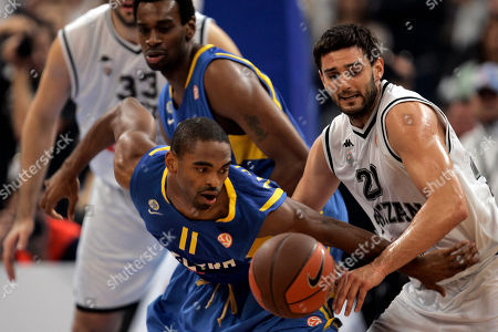 Alan Anderson, Petar Bozic, Slavko Vranes, D'Or Fischer Alan Anderson of Maccabi Electra, center, and Petar Bozic of Partizan Belgrade, right, run after a dropped ball, as Slavko Vranes, back left, and D'Or Fischer, back center, look on during their Euroleague Quarterfinal basketball match, in Belgrade, Serbia