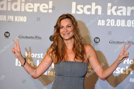 "Alexandra Kamp Die Schauspielerin Alexandra Kamp posiert am Dienstag, 4. August 2009, in Berlin bei einem Fototermin fuer den Film ""Horst Schlaemmer - Isch kandidiere!"". (AP Photo/Gero Breloer) --- Actress Alexandra Kamp poses during a photo call for the movie ""Horst Schlaemmer - Isch kandidiere!"", in Berlin, Germany, on"