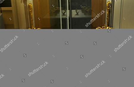 Die zu den preussischen Kronjuwelen gehoerenden Kronen des ersten preussischen Koenigs Friedrichs I., Mitte, und seiner Frau Sophie Charlotte, links, sowie des Reichsapfels, rechts und des Zepters, vorne, spiegeln sich am Freitag, 16. Januar 2009, in einer Vitrine im Schloss Oranienburg bei Berlin. Die preussischen Kronjuwelen werden ab kommenden Sonntag bis Juni 2010 im Schloss Oranienburg gezeigt. (AP Photo/Sven Kaestner) ---The crowns of first Prussian King Frederic I., center, his wife Sophie Charlotte, left, the imperial orb, right, and the scepter, in front, belonging to the Prussian crown jewels mirror in a showcase in the Oranienburg castle, Germany, . In the castle next Sunday starts a exhibition of the Prussian crown jewels which lasts until June 2010