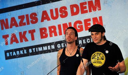 """Boss Burns, Hoss Power Die Musiker Hoss Power, rechts, und Boss Burns, links, von der Band The BossHoss, sprechen am Dienstag, 9. Juni 2009, in Berlin auf einer Pressekonferenz bei der Vorstellung der Initiative """"Nazis aus dem Takt bringen - Starke Stimmen gegen Rechts"""". Mit dem Projekt sollen Bands gefoerdert werden, die sich Rechtsextremen aktiv in den Weg stellen und versuchen mit ihrer Musik eine Kultur der Toleranz zu schaffen. (AP Photo/Gero Breloer) --- The musicians Hoss Power, right, and Boss Burns, left, of the Band The BossHoss talk during a news conference in Berlin, Germany, on . They promoted the project 'Nazis aus dem Takt bringen - Starke Stimmen gegen Rechts', reading 'Distract the Nazis's beat - Strong voices against far-right"""