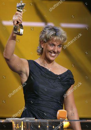 """Steffi Nerius Die Speerwerferin Steffi Nerius haelt am Sonntag, 20. Dezember 2009, bei der Gala """"Sportler des Jahres"""" in Baden-Baden ihren Preis. Sie wurde zur Sportlerin des Jahres 2009 gewaehlt. (AP Photo/Daniel Roland) --- German javelin thrower Steffi Nerius is seen at the awarding ceremony """"Germany's Sportsman of the Year"""" in Baden-Baden, Germany, on . She has been elected German Sportswoman of the Year"""