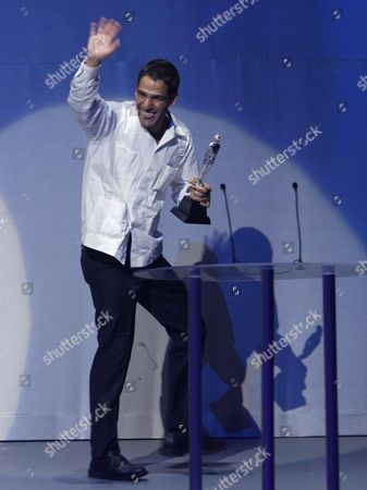 """Fernando Eimbcke Mexican film Director Fernando Eimbcke accepts his Ariel award for best director for his work in """"Lake Tahoe"""" at the 51st annual Mexican Academy Awards in Mexico City"""