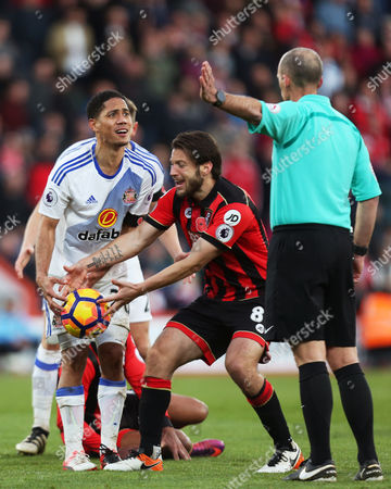 Steven Pienaar of Sunderland protests his innocence to referee Mike Dean after a foul on Junior Stanislas of Bournemouth during the Premier League match between AFC Bournemouth and Sunderland played at the Vitality Stadium, Bournemouth on 5th November 2016