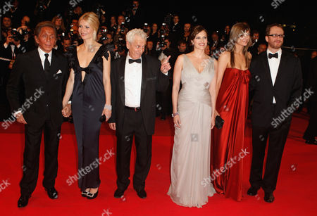 """Valentino, Gwyneth Paltrow, Moni Moshonov, Vinessa Shaw, Alexandra Dickson, James Gray From left, Italian designer Valentino, American actress Gwyneth Paltrow, Israeli actor Moni Moshonov, American actress Vinessa Shaw, Gray's wife Alexandra Dickson and American director James Gray arrive for the premiere of the film """"Two Lovers"""" at the 61st International film festival in Cannes, southern France, on"""