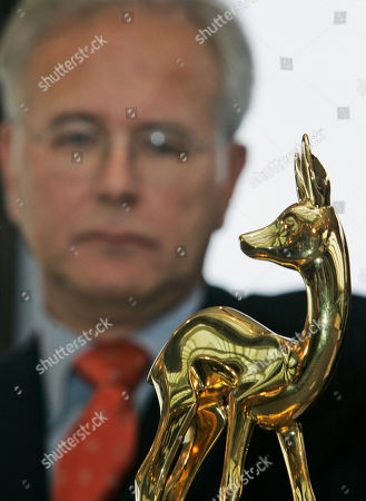 Harald Schmidt Fernsehmoderator Harald Schmidt steht am Montag, 26. November 2007, in Duesseldorf hinter einer 'Bambi' Statue bei einer Pressekonferenz anlaesslich der am Donnerstag stattfindenden 'Bambi' Verleihung. Schmidt wird die Live Show moderieren. (AP Photo/Frank Augstein) --- TV entertainer Harald Schmidt stands behind a 'Bambi' media award statue during a news conference in Duesseldorf, on . Schmidt will be host of the 'Bambi' awarding ceremony on Thursday, Nov. 29th