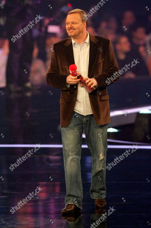 """Stefan Raab Stefan Raab moderiert am Donnerstag, 14. Feb. 2008, in Hannover den """"Bundesvision Song Contest"""". 16 Bands aus 16 Bundeslaendern traten hier gegeneinander an. (AP Photo/Kai-Uwe Knoth) --- Entertainer Stefan Raab is seen on stage during the """"Bundesvision song contest"""", in Hanover, northern Germany"""