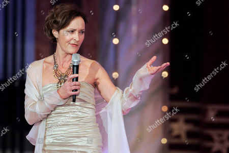 Eleonore Weisgerber Saengerin Eleonore Weisgerber singt am Samstag 29. Dezember 2007 waehrend der ZDF-Ueberraschungsgala fuer den Entertainer Dieter Thomas Heck in Berlin. Dieter Thomas Heck beendet seine Show-Karriere.(AP Photo/Miguel Villagran)--- German singer Eleonore Weisgerber performs during a television show in Berlin on . The legendary German entertainer Entertainer Dieter Thomas Heck (not pictured) was honored with a so called surprise gala at the end of his career
