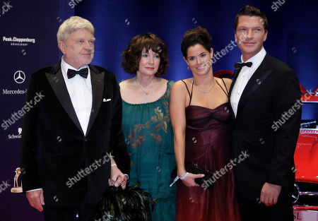 Hardy Krueger, Anita Krueger,Katrin Krueger, Hardy Krueger jr Hardy Krueger, seine Frau Anita, seine Schwiegertochter Katrin Krueger und sein Sohn Hardy Krueger jr., von links, am Donnerstag, 27. November 2008, vor der Verleihung des Bambi 2008 Medienpreises in Offenburg. (AP Photo/Miguel Villagran) ----Hardy Krueger, his wife Anita, his daughter in law Katrin Krueger and his son Hardy Krueger jr., from left, prior to the Bambi 2008 media award ceremony in Offenburg, Germany