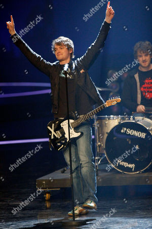 """Madsen Die Band Madsen aus Niedersachsen spielt am Donnerstag, 14. Feb. 2008, in Hannover bei Stefan Raabs """"Bundesvision Song Contest"""". 16 Bands aus 16 Bundeslaendern traten hier gegeneinander an. (AP Photo/Kai-Uwe Knoth) --- Pop group Madsen of the German federal state Lower Saxony performs, in Hanover, northern Germany. In a competition 16 bands from all German federal states contested against each other"""