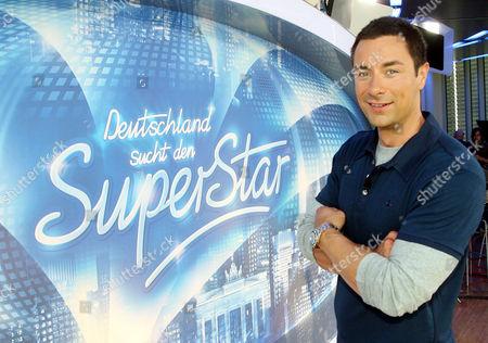 """Marco Schreyl Der Moderator der RTL Fernseh-Votingshow """"Deutschland sucht den Superstar"""" (DSDS) Marco Schreyl posiert am Donnerstag, 6. Sept. 2007, in Koeln. (AP Photo/Hermann J. Knippertz) --- German TV presenter Marco Schreyl poses in Cologne, Germany"""