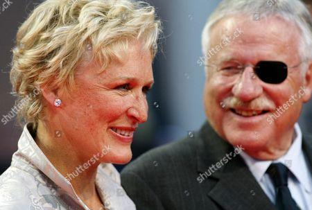 """CLOSE U.S movie star Glenn Close, left, with her father William Close, arrive prior to the screening of the latest movie she stars in, """"Heights"""" directed by Chris Terrio, at the 30th American Film Festival of Deauville, western France"""