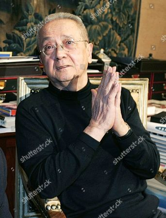 """Lawyer Jacques Verges gestures during a press conference in Paris. Verges, called the """"Devil's advocate"""" for his flamboyant courtroom defense of the likes of former Nazi Klaus Barbie and Carlos the Jackal, has died Thursday Aug.15, 2013 of cardiac arrest in Paris. He was 88"""