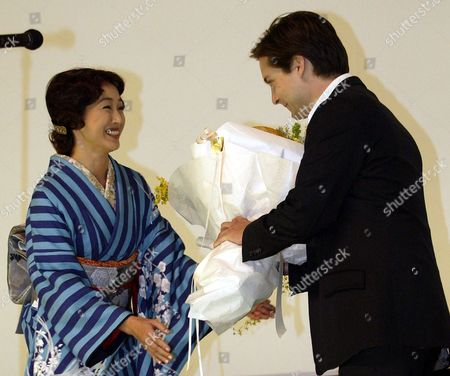 "MAGUIRE TAKASHIMA Actor Tobey Maguire, right, receives the flowers from kimono-clad Japanese actress Reiko Takashima, during the premiere of the film ""Seabiscuit,"" in Tokyo, . The racehorse drama, starring Maguire starts in Japanese theaters on Jan. 24. The film is nominated for a Golden Globe best drama award. Those awards will be presented Jan.25"