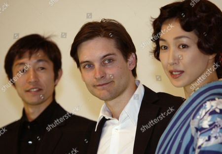 "MAGUIRE TAKE TAKASHIMA Actor Tobey Maguire, center, poses with Japanese jockey Yutaka Take, left, and actress Reiko Takashima, during premiere of the film ""Seabiscuit,"" in Tokyo, . The racehorse drama, starring Maguire starts in Japanese theaters on Jan. 24. The film is nominated for a Golden Globe best drama award. Those awards will be presented Jan.25"