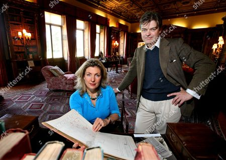 Lord and Lady Carnarvon in the library