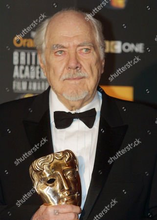 Stock Image of ALTMAN Director Robert Altman poses with the Alexander Korda Award for outstanding British Film of the Year at the 2002 British Academy of Film and Television Arts (BAFTA) awards ceremony in London