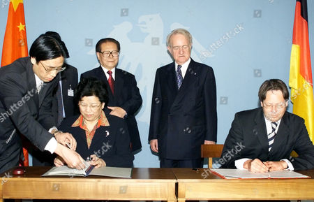 VOLMER German Foreign Ministry s State Minister Ludger Volmer, right, and the Chinese Education Minister Chen Zhili, left, sign a treaty on equality of university education in both countries while German President Johannes Rau, standing right, and the Chinese President Jiang Zemin, standing left, watch the scene during Zemin s visit to the Presidential residence in Berlin . Jiang Zemin is on a six-day visit to Germany