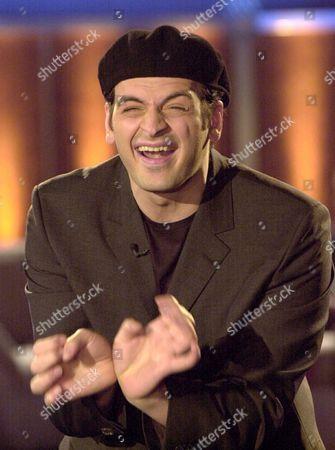 """YANAR Der Entertainer Kaya Yanar waehrend seines Auftrittes in der TV-Show """"Wetten dass..?"""" am Samstag, 2. Maerz 2002, in Leipzig"""