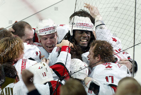 CARTER Canada's hockey players celebrate after winning the gold medal with Anson Carter (NY Rangers), right, who scored the decisive 3-2 goal in overtime at the Ice Hockey World Championship in Helsinki, Finland