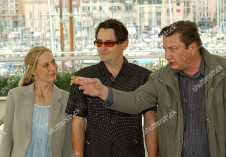 """KAURISMAKI PELTOLA OUTINEN Finnish film director, Aki Kaurismaki, right, Finnish actors Markku Peltola, center, and Kati Outinen, left, pose before the screening of their film""""The Man Without a Past,"""" which is in competition, at the 55th International Film Festival in Cannes, southern France"""