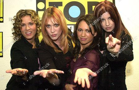 "PETERSON HOFFS STEELE Members of US rock group ""The Bangles"" from California, from left to right, Vicki Peterson, Debbi Peterson Susanna Hoffs and Michael Steele pose for photographers after an interview in Cologne, Germany"