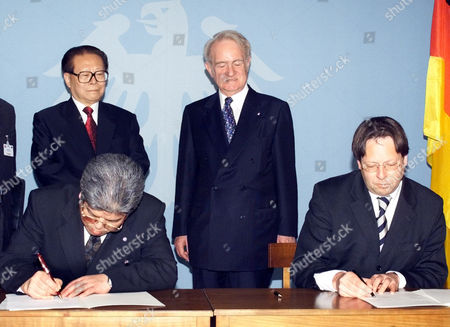 ZONGHUAI German Foreign Ministry s State Minister Ludger Volmer, right, and the Chinese Deputy Foreign Minister Qiao Zonghuai, left, left, sign a treaty on founding and the talks of culture institutes in both countries while President Johannes Rau, standing right,and the Chinese President Jiang Zemin, standing left, wsatch the scene during Zemin s visit to the Presidential residence in Berlin . Jiang Zemin is on a six-day visit to Germany