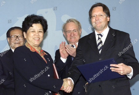 ZHILI German Foreign Ministry s State Minister Ludger Volmer, right, and the Chinese Education Minister Chen Zhili, left, shake hands after they signed a treaty on equality of university education in both countries while President Johannes Rau, standing right, and the Chinese President Jiang Zemin, standing left, watch the scene during Zemin s visit to the Presidential residence in Berlin . Jiang Zemin is on a six-day visit to Germany