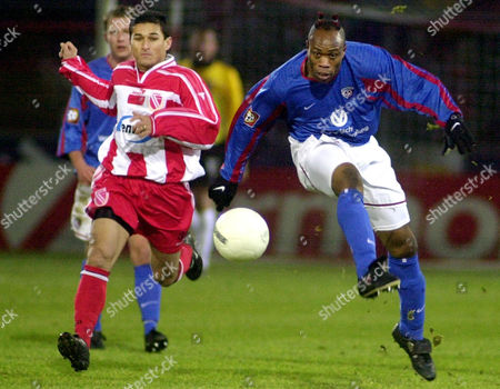 BRASILIA WEST Brazilian player Brasilia of Energie Cottbus, left, chases Taribo West of Kaiserslautern, right, during the German first divison match Energie Cottbus vs. 1. FC Kaiserslautern in the Stadium of Friendship in Cottbus . Kaiserslautern won the match 2-0
