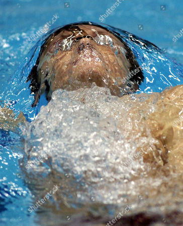 KRAYZELBURG US swimmer Lenny Krayzelburg swims during the preliminary in the mens' 200m backstroke competition at the Arena 25m lane World Swim Cup in Berlin