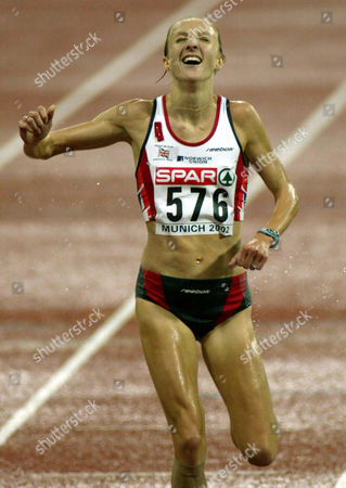 "RADCLIFFE FINISH Paula Radcliffe of Great Britain crosses the finish line to win the women""s 10,000 meter race at the European Athletic Championships in Munich, southern Germany"