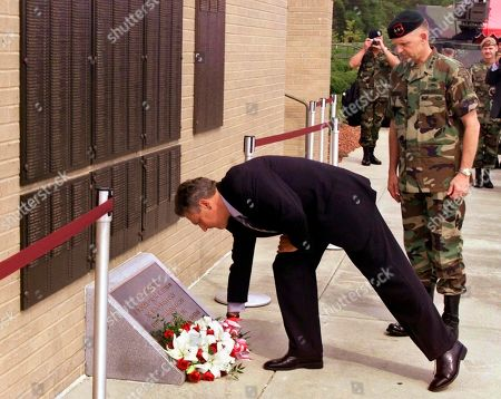 KWASNIEWSKI BROWN Aleksander Kwasniewski, President of Poland, lays a wreath in front of a Special Operations memorial wall, at Fort Bragg, N.C., as Lt. Gen. Doug Brown, Commanding General of the U.S. Army Special Operations Command, right, looks on. Kwasniewski toured Fort Bragg on the final stop of his visit to the United States