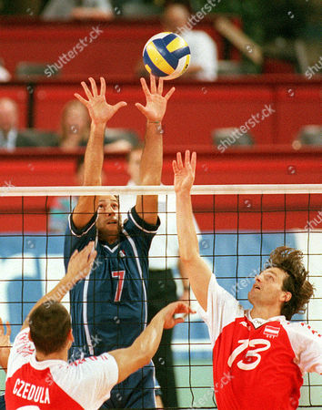 SARTORETTI CZEDULA SEDLACEK Italy's Andrea Sartoretti, background, attacks Austria's Robert Czedula, left, and Florian Sedlacek during their Volleyball European Championships preliminary match at Viennas Dusika Stadion