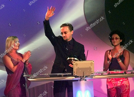 "SETLUR German rock musician Marius Mueller-Westernhagen, center, waves to spectators after he is awarded with this year's ""Comet""-award of the German television industry during a TV-show in Cologne, western Germany, Friday night, for the best ""Life Act"" with his tour in 1999. Right stands the singer Sabrina Setlur, who handed over the award, left applauds TV presenter Aleks Bechtel"