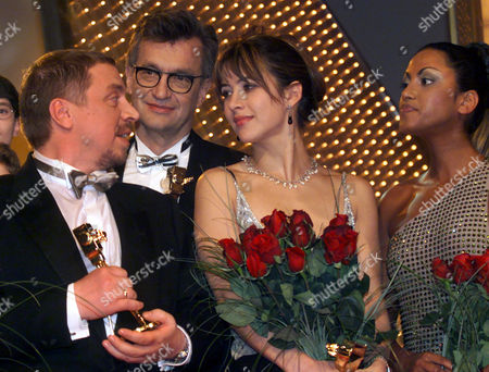 "SETLUR French movie star Sophie Marceau, 2nd from right, German director Wim Wenders, 2nd from left, German actor Armin Rohde, left, and German pop singer Sabrina Setlur, right, pose for a group photo after they were awarded with the ""Golden Camera"" movie by the German weekly movie and tv magazin ""Hoer zu"" in Berlin Tuesday night"
