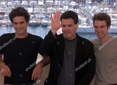 """GITAI LEVO RUSO Israeli director Amos Gitai waves while posing with his Israeli actors Liron Levo, left, and Tomer Ruso, right, for their film """"Kippur,"""" in competition at the 53rd International Film Festival in Cannes, French Riviera"""