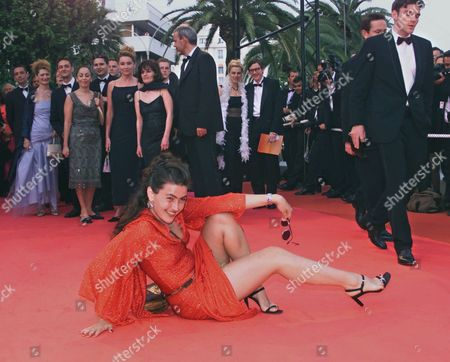 """HARTNER Romanian actress Rona Hartner strikes a pose on the red carpet as she arrives to attend the screening of """"Roberto Succo"""" at the festival palace in Cannes, France, . """"Roberto Succo"""" directed by Cedric Khan is in competition at the 54th International Film Festival"""