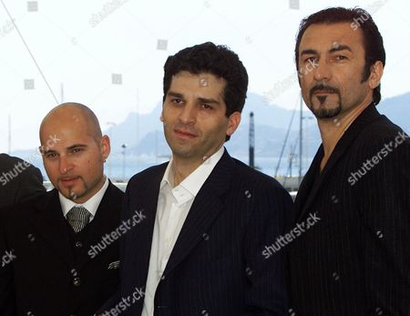 """TANOVIC DJURIC BITORAJAC Bosnian director Danis Tanovic, center, poses with his actors, Branko Djuric, right, and Rene Bitorajac, left, during a photocall for their film """"No Man's Land,"""" which will be screened in competition at the 54th Cannes Film Festival in Cannes, southern France"""