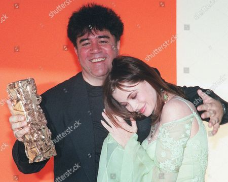 """FRANCE AWARDS Hugged by French actress Emanuelle Beart, Spanish film director Pedro Almodovar holds the Cesar award he received for best foreign film for his entry """"All About My Mother"""" during ceremonies in Paris"""