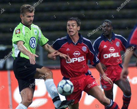 HENGEN WIESINGER KUFFOUR Thomas Hengen of Wolfsburg, left, fights for control of the ball with Munich's Michael Wiesinger while teammate Sammy Kuffour of Ghana, right, looks on during the German first league soccer match FC Bayern Munich vs. Vfl Wolfsburg at the Olympic Stadium in Munich, Germany, on