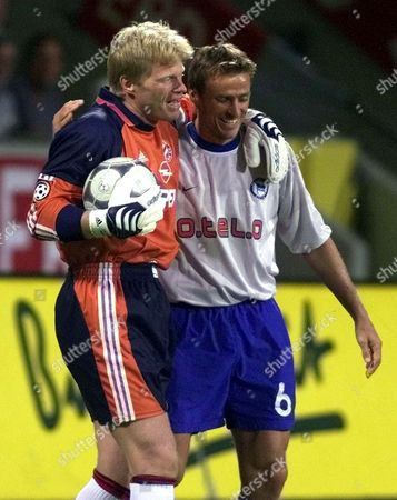 KAHN WIESINGER Bayern Munich's goalkeeper Oliver Kahn, left, and Hertha BSC Berlin's Michael Wiesinger during the Germany Soccer Cup Final on in the BayArena stadium in Leverkusen, Germany