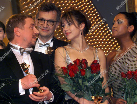 "SETLUR French movie star Sophie Marceau, 2nd from right, German director Wim Wenders, 2nd from left, German actor Armin Rohde, left, and German pop singer Sabrina Setlur, right, pose for group photo after they were awarded with the ""Golden Camera"" movie award by the German weekly movie and tv magazine ""Hoer zu"" in Berlin Tuesday night"