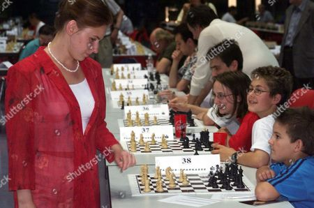 POLGAR Judit Polgar from Hungary, current leader of the women's world ranking list, plays chess simultaniously against 40 players in Hoechst, western Frankfurt, Germany