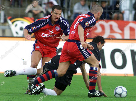 WIESINGER REICH STRUNZ FC Bayern Munich players Michael Wiesinger, background, and Thomas Strunz, front, challenge for the ball with Marco Reich of 1. FC Kaiserslautern, during their semi-final match for the German soccer league cup at the Rosenau stadium in Augsburg, southern Germany. Munich won 4-1