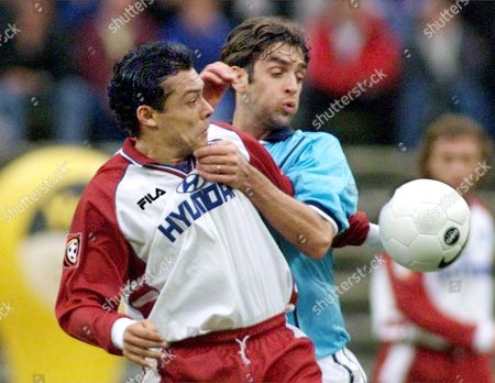 CARDOSO ZELIC Argentinian Rodolfo Cardoso, left, of SV Hamburg soccer club goes for the ball against Australian Ned Zelic of TSV 1860 Munich in their first division match in the Olympic stadium in Munich, . The match ended in 0-0 tie