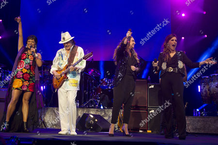 """Carlos Santana, Lila Downs, Nina Pastori, Soledad Pastorutti Carlos Santana performs with Mexican singer Lila Downs, from left, Spain's Nina Pastori and Argentina's Soledad Pastorutti, in Guadalajara, Mexico. The public has received with open arms Pastorutti' s latest album """"Vivir es hoy"""", with Santana on guitar for the album's title song. """"Vivir es hoy"""", follows """"Raiz"""", her collaboration with Downs and Pastori that won a Latin Grammy for best folk album in 2014"""