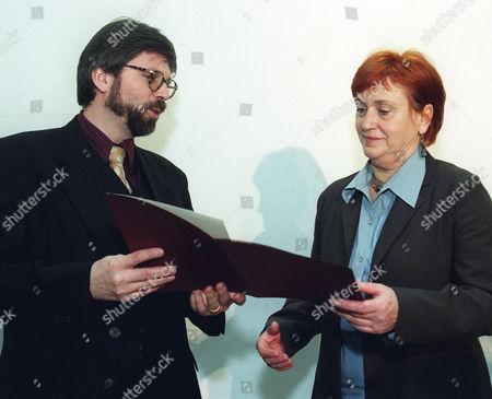 BAST VALIE EXPORT Rektor Gerald Bast, links, ueberreicht am Mittwoch 1. Maerz 2000, in Wien, an die Filmemacherin Valie Export den Oskar Kokoschka Preis