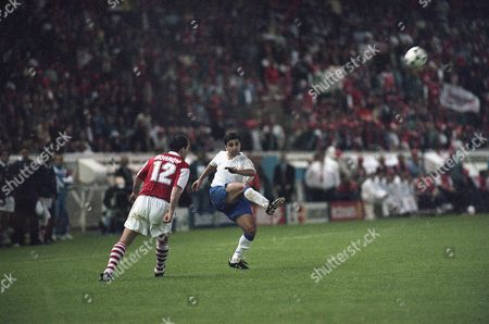 Real Zaragoza's Mohamed Nayim, center, takes along range shot to score the 2-1 victory goal against Arsenal FC in the final of the European Cup Winner's Cup at the Parc des Princes stadium in Paris, . At left is Arsenal's Steve Morrow