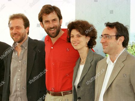 """MORETTI Italian director Nanni Moretti, center, poses for the press with his wife and actress Silvia Nono, and Italian actors Andrea Molaioli,left and Silvio Orlando,right, during the photo call of the Moretti's movie """"April"""", at the Festival palace in Cannes, . Moretti's movie """"April"""" will be screened tonight to the members of the jury of the 51st International Film Festival"""